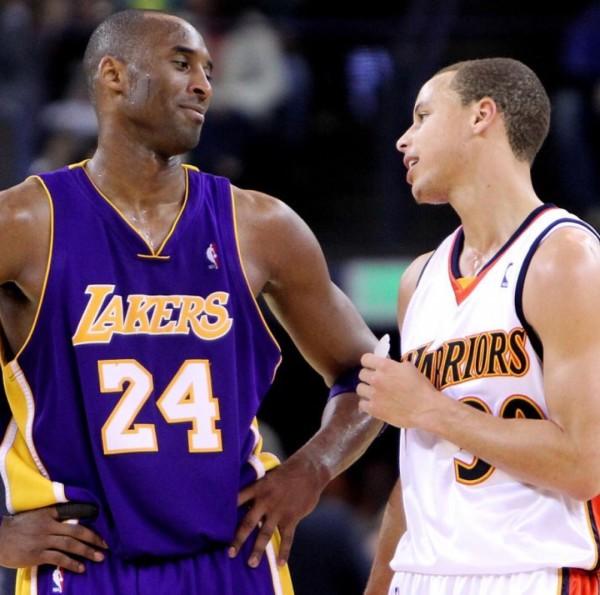 Stephen Curry gratuluje Kobemu Bryantowi wspaniałej kariery NBA.